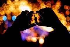 Les mains avec un smartphone enregistre le festival de concert de musique en direct Photographie stock libre de droits