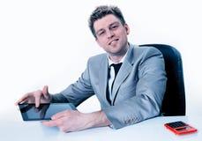 Les mains belles d'homme d'affaires se dirigent sur le dispositif d'écran tactile Photo stock