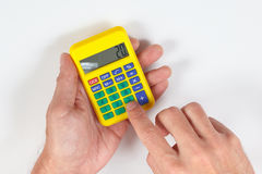 Les mains calculent utilisant une calculatrice sur le fond blanc photographie stock libre de droits