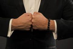Les mains cognent des poings Les poings s'opposent avec la puissance Poinçons d'homme d'affaires Concept de conflit confrontation photos stock