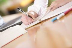 Les mains écrivent Photo stock