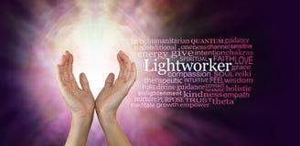 Les mains curatives d'un travailleur léger Photo stock