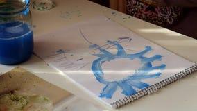 Les mains d'enfant dessinent le soleil bleu clips vidéos