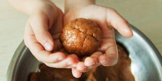 Les mains d'enfant en bas âge prépare la pâte, font des biscuits cuire au four dans la cuisine Concept haut étroit de leasure de  photos libres de droits