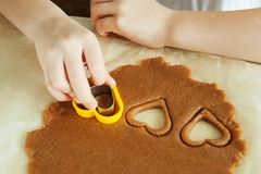 Les mains d'enfant en bas âge prépare la pâte, font des biscuits cuire au four dans la cuisine Concept haut étroit de leasure de  photographie stock libre de droits