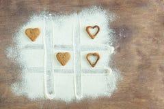 Les mains d'enfant en bas âge prépare la pâte, font des biscuits cuire au four dans la cuisine Concept haut étroit de leasure de  image libre de droits