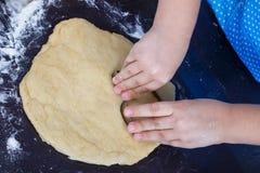 Les mains d'enfant font des biscuits photographie stock libre de droits