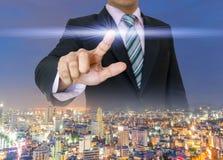 Les mains d'homme d'affaires pressent la poussée de bouton de l'écran tactile Photographie stock libre de droits
