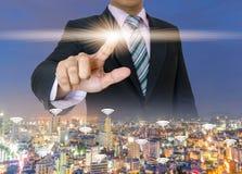Les mains d'homme d'affaires pressent la poussée de bouton de l'écran tactile Photos libres de droits