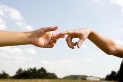 Les mains d'homme et de femme se sont touchées   Photo libre de droits