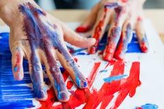 Les mains d'homme peint la créativité d'activité de thérapie d'art photo libre de droits