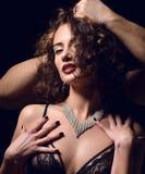 Les mains d'hommes donnent les bijoux actuels chers à la mode élégant Photos stock