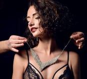 Les mains d'hommes donnent les bijoux actuels chers à la mode élégant Images libres de droits