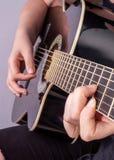 Les mains d'un adolescent joue la guitare image libre de droits