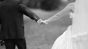 Les mains d'un jeune épousent nouvellement des couples Images stock