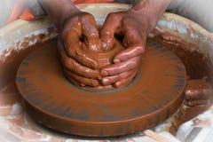 Les mains d'un produit moulé par potier Images libres de droits