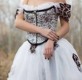 Les mains d'une dame dans le vintage blanc magnifique s'habillent Images libres de droits