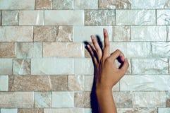 Les mains d'une fille de nettoyage blanche sur la surface Escroquerie de soin de main image libre de droits
