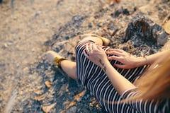 Les mains d'une jeune femme avec le ` et la clef triple de Viva la Vida de ` d'inscriptions de Mehndi signent Photographie stock libre de droits