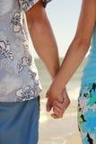 Les mains dans l'amour couplent tenir des mains sur le bord de mer Photos libres de droits