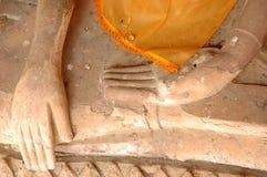 Les mains de Bouddha de plan rapproché, statue au Musée National de Wat Pra Bronathatchaiya, Thaïlande Photographie stock libre de droits