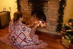 Les mains de chauffage s'approchent de la cheminée Photos stock