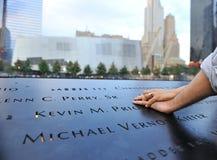 Les mains de couples ont étendu le 11 septembre le mémorial Photographie stock libre de droits