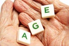 Les mains de dame âgée Image libre de droits