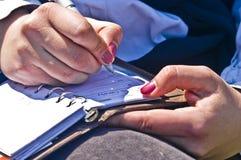 Les mains de femme écrivent des notes photo libre de droits
