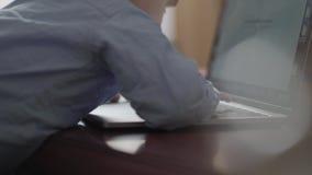 Les mains de femme dactylographiant sur l'ordinateur portable et l'enfant emp?che la m?re de son travail Jeune m?re occup?e trava banque de vidéos