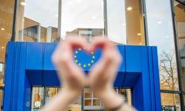 Les mains de femme dans la forme de l'union de l'Europe d'amour se tient le premier rôle Photos stock