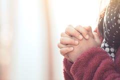 Les mains de femme se sont pliées dans la prière en beau parc de pin de nature photo stock