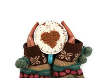 Les mains de femme tiennent la pleine tasse de café de cappuccino de latte Photos libres de droits