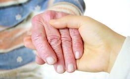 Les mains de femmes aînés et jeunes Images stock