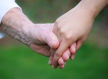 Les mains de femmes aînés et jeunes Photo libre de droits