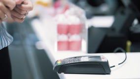 Les mains de fille font l'achat avec la puce électronique d'utilisation de carte de banque, mouvement lent clips vidéos