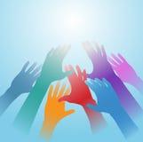 Les mains de gens atteignent à l'extérieur l'espace léger lumineux de copie Photos libres de droits