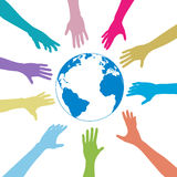 Les mains de gens de couleurs atteignent à l'extérieur la terre de globe Photographie stock libre de droits