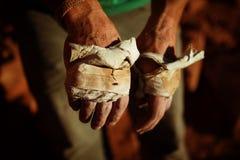 Les mains de grimpeur de roche avec la bande s'élevante Photo libre de droits