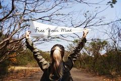 Les mains de jeune femme tenant le signe ont indiqué Free votre esprit photo stock