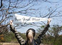 Les mains de jeune femme tenant le signe ont indiqué Free votre esprit Image stock