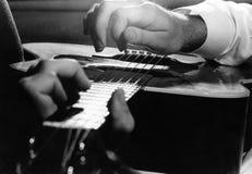 Les mains de joueur de guitare Photo libre de droits