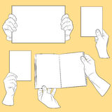 Les mains de l'être humain avec le papier Photos stock