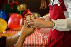 Les mains de l'ami donnent X& x27 ; Cadeau de MAS à l'amie Photo libre de droits