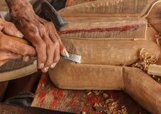 Les mains de l'artisan découpent Image libre de droits