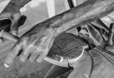 Les mains de l'artisan découpent, Black&White Photos stock