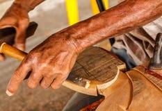 Les mains de l'artisan découpent, Black&White Photos libres de droits