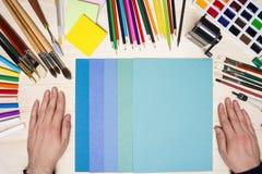 Les mains de l'artiste avec des outils de dessin Photo libre de droits