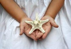 Les mains de l'enfant images libres de droits