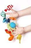Les mains de l'enfant jouant avec des marionnettes de doigt Photo stock